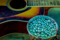 Пропускание строк старой акустической гитары стоковое изображение rf