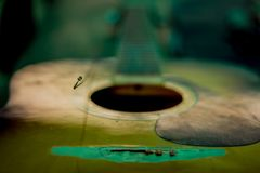 Пропускание строк старой акустической гитары стоковые фотографии rf