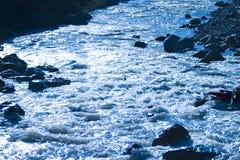 пропускать над утесами реки Стоковое Изображение