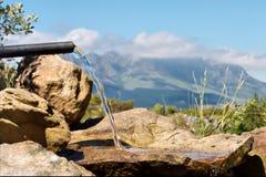 пропуская вода трубы Стоковая Фотография