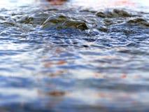 Пропуская клокоча вода Стоковое Фото