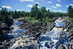 Пропуская река в Minnnesota стоковые изображения