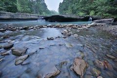Пропуская скалистая чистая вода ясности заводи Стоковое Фото