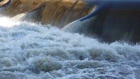 Пропуски воды через запруду сток-видео