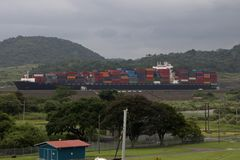 Пропуски груза через Панамский Канал на массивном контейнеровозе стоковое изображение rf