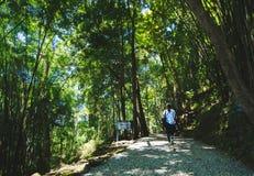 Пропуск ада прогулок ` s женщин туристский, Kanchanaburi стоковое изображение