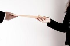 Пропуск бизнесмена папка к бизнес-леди на белой предпосылке Стоковые Изображения