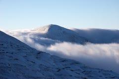 пропуск горы облаков вниз идя Стоковые Изображения