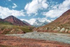 Пропуск искусства Kyzyl между Кыргызстаном и Таджикистаном, принятыми в Augus стоковые фотографии rf