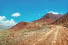Пропуск искусства Kyzyl между Кыргызстаном и Таджикистаном, принятыми в Augus стоковое фото