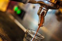 Пропуск кофе через кофеварку Стоковые Изображения