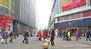 Пропуск людей через оживленную улицу стоковые изображения
