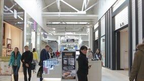 Пропуск торгового центра контролей доступа взгляда со стороны женский видеоматериал