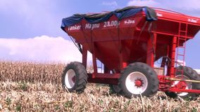 Пропуск трактора John Deere в фронт кукурузное поле акции видеоматериалы