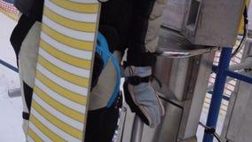 Пропуск человека через турникет с характеристикой чтения штрихкода, который нужно поднять вверх на лыжный курорт видеоматериал