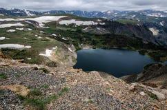 Пропуск шоссе Beartooth в Монтану на летний день Озеро и снег стоковые изображения