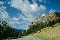 Пропуск шоссе Beartooth в Монтану на солнечный летний день Отсутствие автомобилей стоковые фото