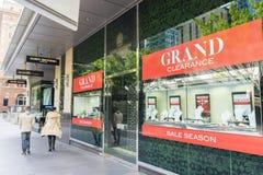 Пропуск людей идя магазин украшений в Сиднее Стоковое фото RF
