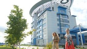 Пропуск людей современным зданием с необыкновенной крышей сток-видео