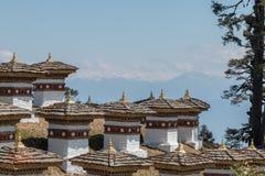 Пропуск Dochula, большая возвышенность проходит дальше дорогу между Paro и Тхимпху в Бутане, Азии стоковые изображения rf