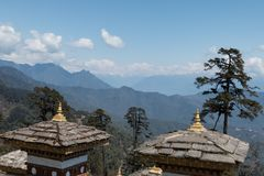 Пропуск Dochula, большая возвышенность проходит дальше дорогу между Paro и Тхимпху в Бутане, Азии стоковая фотография
