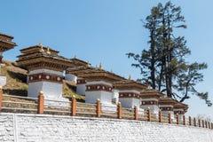 Пропуск Dochula, большая возвышенность проходит дальше дорогу между Paro и Тхимпху в Бутане, Азии стоковое фото rf