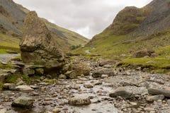 Пропуск Honister в заречье озера в потоке Стоковое Изображение