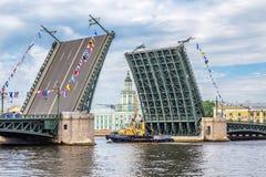 Пропуск Lomonosov буксира под поднятый мост дворца на параде репетиции военноморском в день русского флота Стоковые Фото