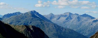 Пропуск Stelvio, швейцарские горные вершины стоковое изображение