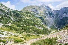 Пропуск Studor, юлианские горные вершины, Словения - Avgust 18, 2012: Hikers app Стоковое Изображение