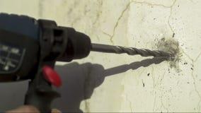 Просверлите внутри бетонную стену видеоматериал