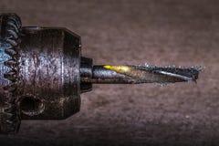 Просверлите с shavings бурового наконечника и металла на запачканном backgroun Стоковое Изображение RF