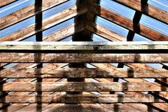 Просвечивающая и деревянная крыша в деревенской установке стоковое изображение