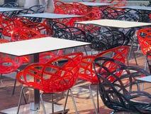 Просвечивающие пластичные стулья кафа в утре Солнце Стоковые Изображения