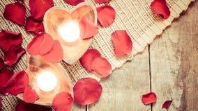 2 просвещенных свечи в в форме сердц подсвечниках с подняли Стоковое Изображение RF