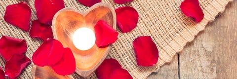 2 просвещенных свечи в в форме сердц подсвечниках с подняли Стоковые Изображения RF