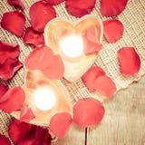 2 просвещенных свечи в в форме сердц подсвечниках с подняли Стоковая Фотография RF