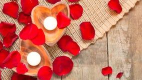 2 просвещенных свечи в в форме сердц подсвечниках Стоковая Фотография RF