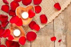 2 просвещенных свечи в в форме сердц подсвечниках Стоковые Фото