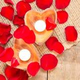 2 просвещенных свечи в в форме сердц подсвечниках Стоковое Изображение RF