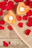 2 просвещенных свечи в в форме сердц подсвечниках Стоковые Фотографии RF