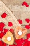 2 просвещенных свечи в в форме сердц подсвечниках Стоковое Изображение