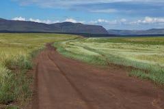 Проселочная дорога исчезая в расстояние Стоковые Изображения RF
