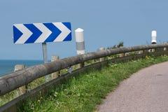 Проселочная дорога с знаком уличного движения около побережья Нормандии, Франции Стоковое Изображение RF