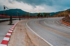 Проселочная дорога через лес к верхней части высокой горы, известного шоссе в Loei Таиланде, теле сотен кривой умерших стоковая фотография
