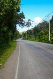 Проселочная дорога бежать через зеленые поля Дорога замотки Стоковые Фотографии RF
