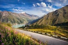 Проселочная дорога в горах стоковая фотография
