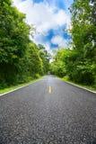 Проселочная дорога между районом к городу, путь путешествием путешественника к природе, дорога в горе и лес для перемещения Стоковая Фотография