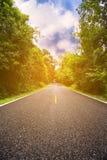 Проселочная дорога между районом к городу, путь путешествием путешественника к природе, дорога в горе и лес для перемещения Стоковые Изображения