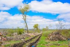 Проселочная дорога с колейностью в грязи стоковое фото